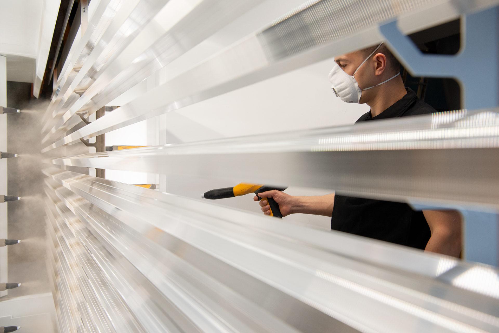 Een specialist van LOA aan het werk in de state of the art poedercabine in Moerdijk